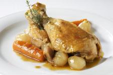 Pollastre de l'Empordà rostit amb pastanaga, ceba i farigola